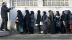 Afghanische Frauen stehen vor einem Gebäude in Kabul Schlange, um einen Pass zu beantragen.