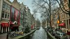 Die Amsterdamer Bevölkerung hat genug. Genug vom Geräusch der Rollkoffer, das rund um die Uhr durch die Gassen schallt, genug vom Lärm der illegalen Partys, genug von den  Besoffenen und Bekifften. Mehr als tausend Klagen gingen dieses Jahr im Rathaus ein.