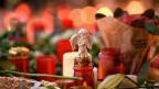 Im Gedenken an die getöteten und verletzten Menschen liegen auf dem Weihnachtsmarkt am Breitscheidplatz in Berlin Kerzen und Blumen