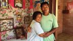 Das Hilfsprojekt der Caritas auf der philippinischen Insel Bantayan hat den Menschen dort nicht nur ein Dach über dem Kopf gegeben, sondern auch manch schiefen Haussegen wieder gerade gerückt. Fischer Danilo mit seiner Frau Catalina im neuen, sicheren Haus.