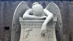 Um ein Grab auf dem unkatholischen Friedhof Roms zu erhalten, muss man drei Bedingungen erfüllen: Man darf nicht Italiener sein, nicht Katholik und musste einen Wohnsitz in Italien haben: Das Grab des US-amerikanischen Bildhauers William Wetmore Story und seiner Ehefrau Emelyn Story.