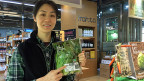 Bioprodukte sind mit einem QR-Code versehen, Konsumentinnen und Konsumenten können so mit dem Smartphone den Ursprung des Produkts verfolgen. Bild: Die Biomarkt-Managerin erklärt den QR-Code.