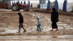Die Wege im Flüchtlingslager Khazer östlich von Mossul sind schlammig und verschneit. Die Menschen frieren, haben Hunger. Der Platz ist jetzt schon knapp. Die UNO rechnet mit hunderttausenden weiteren Flüchtlingen und warnt vor einer humanitären Katastrophe.