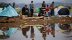 Rund 800 Flüchtlinge haben wegen der schlechten Bedingungen das Aufnahmelager in Idomeni verlassen.  Dennoch harrten am Freitagmorgen noch immer mehr als 12'500 Menschen in Idomeni aus.