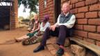 Die 12-jährige Leda leidet, wie auch ihr Onkel unter Albinismus. Aufgrund einer genetischen Störung produziert ihr Körper kaum Melanin, das Pigment, das die Haut vor Sonnenstrahlen schützt und dunkel färbt.