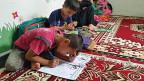 Eine kleine Schule im Hinterland der indonesischen Insel Java. Die Kinder sind keine Einheimischen, sondern Flüchtlinge. Die meisten gehören zur muslimischen Minderheit der Hazaras und kommen aus Afghanistan. Sie sind vor den Taliban geflohen.