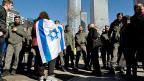 Anhänger der israelischen Siedlerbewegung protestieren in Tel Aviv gegen das Urteil des Militärgerichts.
