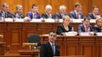 Der künftige rumänische Ministerpräsident Sorin Grindeanu (vorne im Bild) sagt: «Wir sind eine politische Regierung, das Ergebnis einer Koalition. Aber Politik wird auch andernorts gemacht. Wir sind hier, um das Land zu verwalten.» Rumänien gilt als eines der korruptesten EU-Länder.