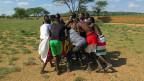 Die Ähnlichkeit mit dem Rugby-Spiel ist offensichtlich. Die Samburu sind überzeugt, dass Rugby seine Wurzeln in Afrikas Savannen hat. Die «Loachami-Warriors» (Bild) haben einen Traum: «Eines Tages werden wir gegen die grossen US-Rugby-Teams antreten. Wir werden ihnen zeigen, woher das Spiel ursprünglich kommt.»
