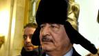Der aktuelle Oberbefehlshaber der libyschen Armee heisst Chalifa Haftar; er beteiligte sich am Sturz des libyschen Diktators Muammar al-Gaddafi und gilt seit Mai 2014 als Schlüsselfigur im zweiten libyschen Bürgerkrieg. Bild: Chalifa Haftar im November 2016 zu Besuch in Moskau.