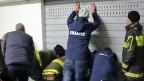 Es sei einfacher aufzuzählen, welche Prominenten nicht ausspioniert wurden, als die lange Liste der Opfer zu publizieren, frotzelt eine italienische Zeitung. Bild: Sicherheitskräfte vom italienischen Anti-Cybercrime-Zentrum durchsuchen eine Garage.