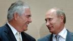 Das Foto vom 30. August 2011 zeigt Rex Tillerson Schulter an Schulter neben dem russischen Präsidenten Wladimir Putin. Anlass war der Abschluss eines 500-Millionen Dollar-Vertrages zwischen der US-Erdölfirma ExxonMobil und dem russischen Staatskonzern Rosneft.