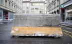 Ein Betonelement versperrt die Durchfahrt auf den Berner Bundesplatz.