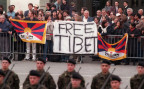 Tibeter demostrieren im März 1999 auf dem Bundesplatz in Bern und stören den Staatsempfang.