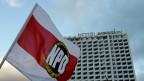 Die NPD hat rund 5000 Mitglieder und ist in keinem deutschen Landesparlament mehr vertreten. Nach dem Grundgesetz könne eine Partei nur verboten werden, wenn sie die freiheitlich-demokratische Grundordnung beeinträchtigen wolle, befinden die Bundesrichter.