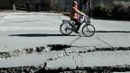 Und wieder hat es Amatrice getroffen. Die Risse in der Strasse auf dem Bild sind beim letzten Erdbeben im Herbst 2016 entstanden.