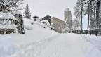 Weil selten so viel Schnee fällt, sind die Gemeinden schlecht vorbereitet. Schickt uns Schneefräsen, bat der Bürgermeister von Amatrice. Der eingestürzte Kirchturm interessiere ihn derzeit nicht, zuerst müsse man jenen Leuten helfen, die seit Tagen eingeschneit auf Hilfe warten.