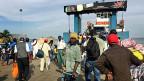 Nicht nur Touristen und Touristinnen verlassen die gambische Hauptstadt Banjul; auch Gambier versuchen, die Fähre zu erreichen, die sie ausser Land bringen soll.