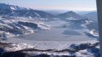 Experten sind unter anderem daran, den grössten Stausee der Apenninenkette, den Lago Campotosto (Bild), zu untersuchen. Eine durch die Erdbeben geöffnete Spalte soll exakt unter der Staumauer verlaufen. Die Aufgaben, die auf Italien zukommen, sind riesig. Gleichzeitig sind die Kassen leer.