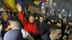 Der rumänische Präsident Klaus Johannis inmitten von Tausenden, die gegen die neue rumänische Regierung protestieren.