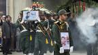 Offiziere der iranischen Revolutionswache tragen den Sarg eines in Syrien ums Leben gekommenen Kollegen.