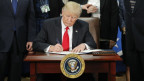 US-Präsident Trump unterschreibt das Einreise-Dekret.