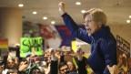 Die demokratische Senatorin Elizabeth Warren protestiert am Flughafen Boston gegen die Einreisesperren.