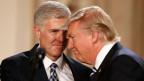 US-Präsident Donald Trump hat den konservativen Richter Neil Gorsuch (links) für den vakanten Posten am Obersten US-Gericht nominiert.