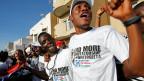 «No More Dictatorship» steht auf den T-Shirts einiger junger Afrikaner.