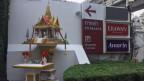 Thailand ist ein überwiegend buddhistisches Land. Doch vor jeder Shopping Mall, jedem Autosalon stehen die kleinen Geisterhäuser.