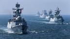 Der Westen gibt zwar immer noch mehr Geld aus für die Armee, im Osten gibt es aber für weniger Geld mehr Kampfkraft.. Eine Seeflotte während eines chinesisch-russischen Manövers.