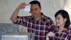 Basuki Tjahaja Purnama, oder kurz Ahok genannt, har das Amt des Gourverneurs von Jakarta geerbt,  als sein Vorgänger Joko Widodo 2014 zum Präsidenten gewählt wurde. Er gehört der chinesischstämmigen Minderheit Jakartas an, die ungefähr zehn Prozent der Stadtbevölkerung ausmacht. Sein Leistungsausweis ist beachtlich.