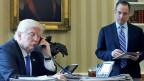 Ein russischer Aussenpolitiker erklärte selbstkritisch, man habe Donald Trump vorschnell für «prorussisch» gehalten. Der US-Präsident nämlich sei ganz einfach nur – «proamerikanisch». Bild: US-Präsident Donald Trump am Telefon mit Wladimir Putin.
