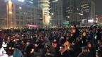 «Verhaftet Lee Jae-yong», riefen die Demonstranten im Stadtzentrum der südkoreanischen Hauptstadt Seoul. Lee Jae-yong ist der Sohn des Samsung-Patriarchen und de-facto Konzernchefs. Unter anderem wird Lee Bestechung vorgeworfen, in die Korruptionsaffäre um Südkoreas Präsidentin Park Geun-hye verwickelt zu sein. Er wurde inzwischen tatsächlich verhaftet.