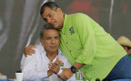 Der abtretende Präsident Equadors, Rafael Correa, umarmt den Kandidaten der Regierungspartei, Lenin Moreno.