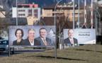 Wahlplakate im Wallis: rechts das Plakat für den CVP-Kandidaten Christophe Darbellay, links die Kandidaten des rechtsbürgerlichen Bündnisses mit dem abtrünnigen CVP-Mitglied Nicolas Voide (rechts).