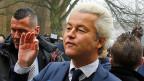 Geert Wilders sorgte 2010 für die Privatisierung des Integrationsunterrichts. Seitdem sind Asylsuchende selber für die Kurse verantwortlich und müssen für die Kosten von 1000 Euro aufkommen. Wer kein Geld hat, muss einen Kredit aufnehmen. Inzwischen haben sich fast 200 Kursanbieter auf das lukrative Geschäft gestürzt.