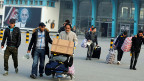 Eine Gruppe aus Deutschland zurückgeschaffter Afghanen steht mit Koffern und Taschen vor dem Flughafengebäude der afghanischen Hauptstadt Kabul.