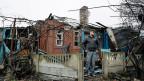 Immer mehr Menschen in der Ostukraine fühlen sich von der Regierung in Kiew im Stich gelassen. Bild: Ein Mann in einem ostukrainischen Dorf steht vor seinem zerstörten Haus.