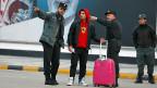 Drei afghanische Polizisten zeigen einem aus Deutschland zurückgeschafften Jungen den Weg.