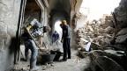 Die zerstörte Stadt aufräumen: Freiwillige räumen Trümmer vor einem Haus in Aleppo weg.