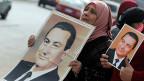 Anhänngerinnen des ehemaligen ägyptischen Präsidenten Mubarak tragen grosse Fotos und fordern seinen Freispruch.