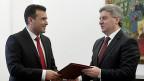 Indem Präsident Gjorge Ívanov (rechts) den Sozialdemokraten um Zoran Zaev (links) vorwirft, sie bedrohten zusammen mit den Albanern die Souveränität Mazedoniens, heizt er die Spannungen zwischen den Bevölkerungsgruppen im Land an.