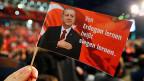 «Von Erdogan lernen heisst siegen lernen» steht auf einem roten Fähnchen mit dem Portrait des türkischen Präsidenten – an einer Veranstaltung im deutschen Oberhausen, wo für ein Ja zum Referendum vom 16. April geworben wird.