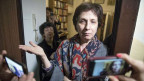 Die russische Menschenrechtlerin und Journalistin Soja Svetova vor ihrer Wohnung in Moskau.