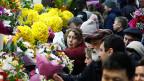 Grosses Gedränge an einem Blumenstand, am 7. März in Moskau.