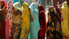 Frauen stehen Schlange vor einem Abstimmungslokal in Allahabad, Uttar Pradesh.