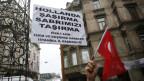 «Niederlande, verdirb es nicht mit uns»: Proteste in Istanbul vor der niederländischen Botschaft.