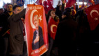Demonstrationen zugunsten von Erdogan vor dem türkischen Konsulat in Rotterdam.