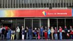 «Eine Gallone Öl kostet zwei gesetzliche Mindestlöhne», sagt der vom Banker zum Taxifahrer abgesteigene Venezolaner im Beitrag.